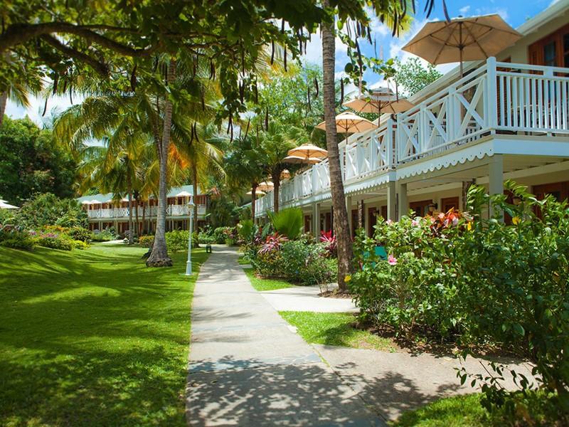 Le jardin verdoyant de l'hôtel Sandals Halcyon Beach