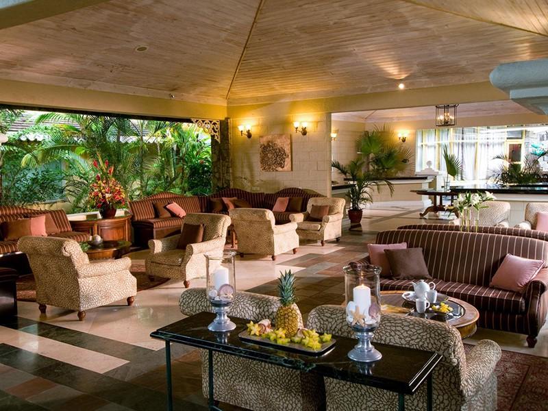 Le lobby de l'hôtel Sandals Halcyon Beach aux Antilles