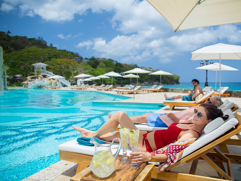 Sirotez une délicieuse boisson au bord de la piscine du Sandals Regency La Toc