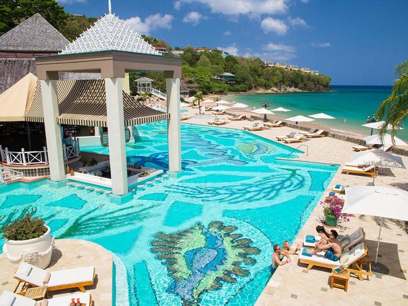 La piscine du Sandals Regency La Toc aux Antilles