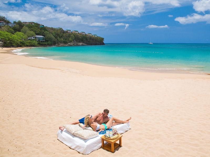 Détente sur la plage du Sandals Regency La Toc