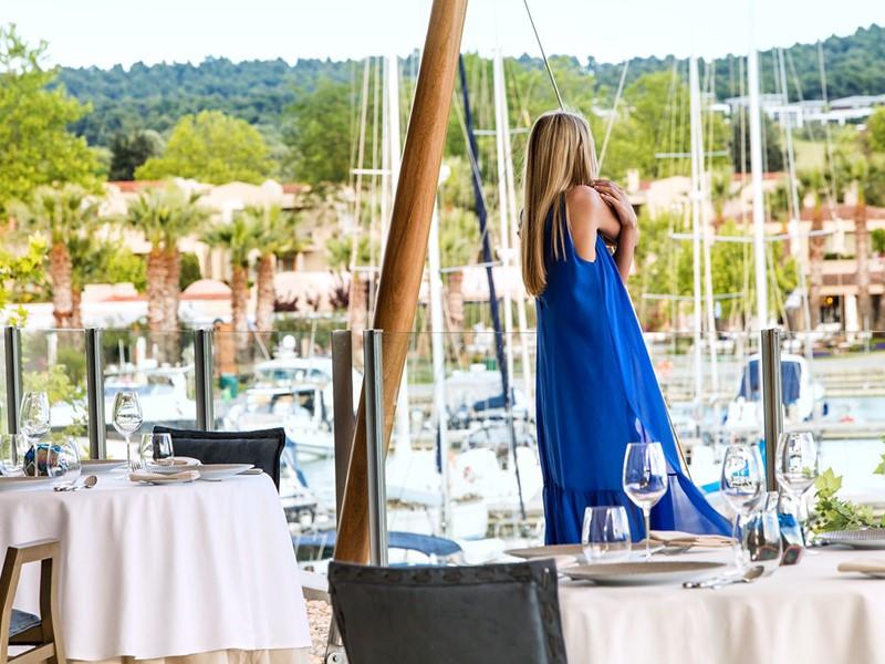 Le restaurant Water de l'hôtel Sani Asterias Suites