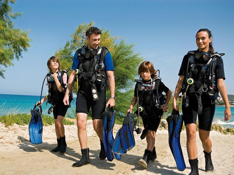Profitez des eaux cristallines de la mer méditteranée au Sani Beach