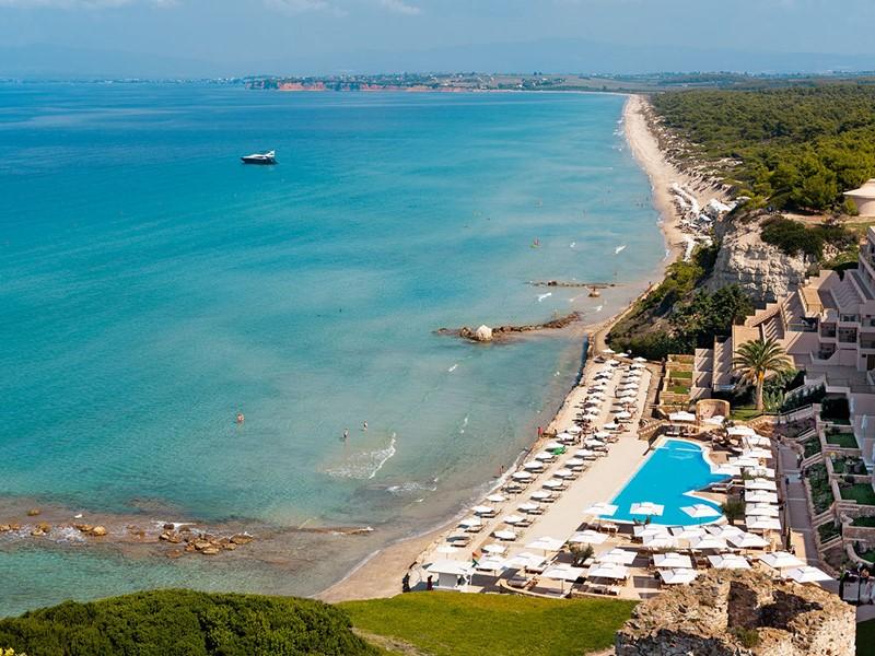 Vue aérienne du superbe hôtel contemporain Sani Beach