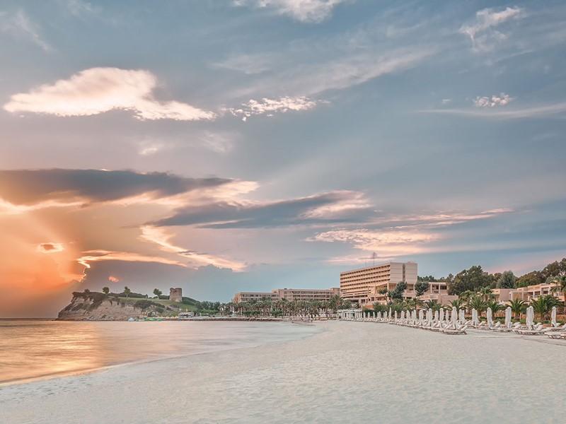 La plage de sable doré du Sani Beach à Halkidiki