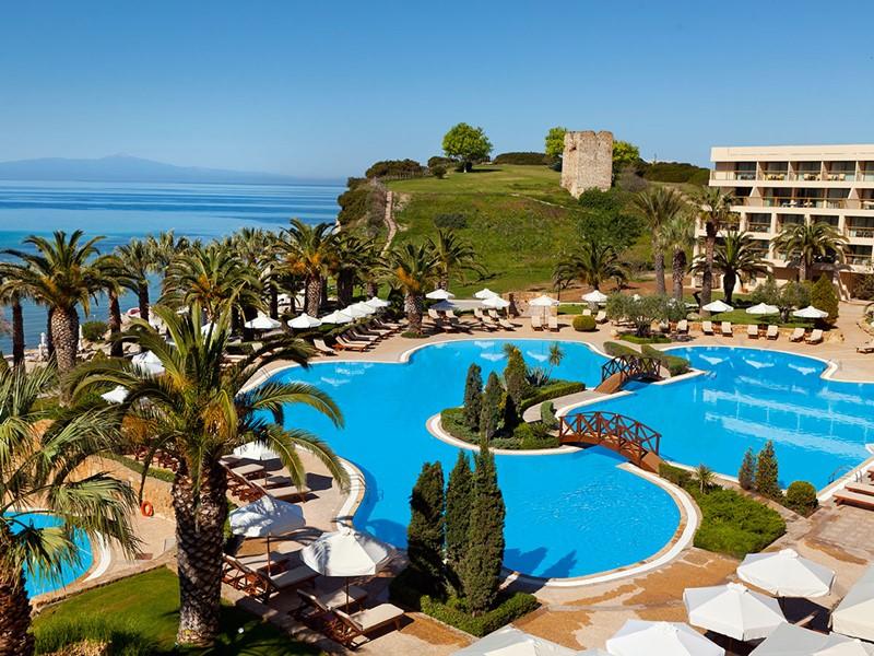 Vue des superbes piscines de l'hôtel Sani Beach