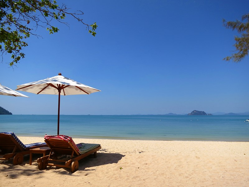 La plage du Santhiya Resort situé sur la côte ouest de Koh Yao Yai