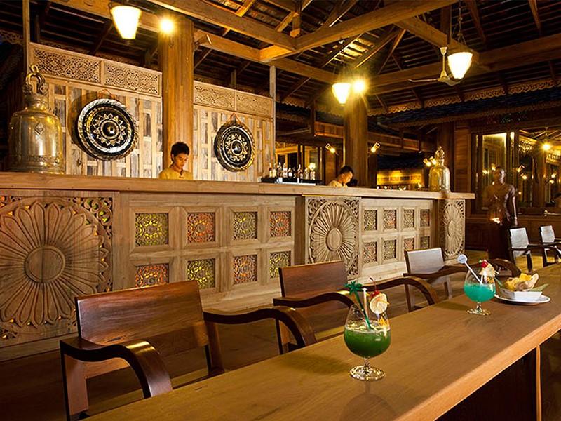 Le bar de la plage de l'hôtel Santhiya Resort en Thailande