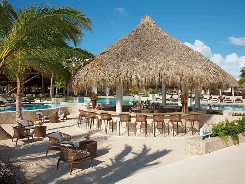 Sirotez des délicieuses boissons au bar Manatees du Secrets Cap Cana