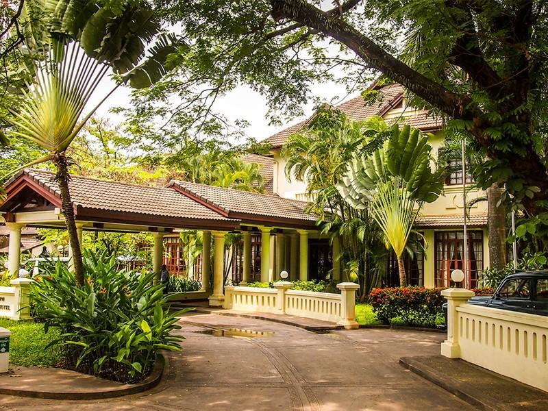 Vue de l'hôtel Settha Palace situé en plein centre-ville de Vientiane