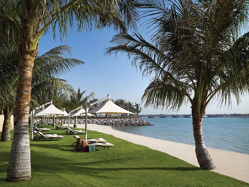 La plage du Shangri-La Qaryat Al Beri situé le long du Creek