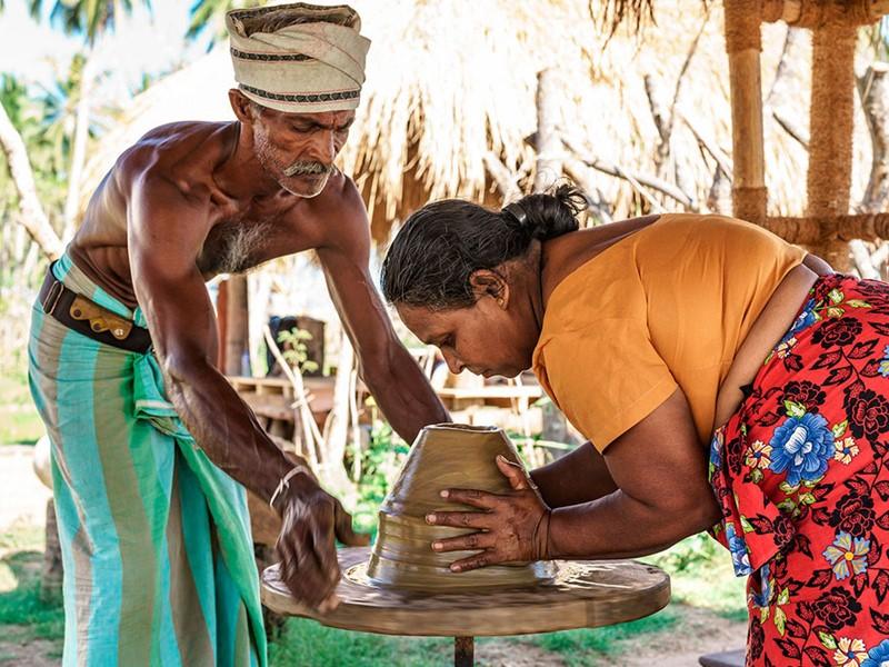 Confection de poteries par les artisans locaux à Yala