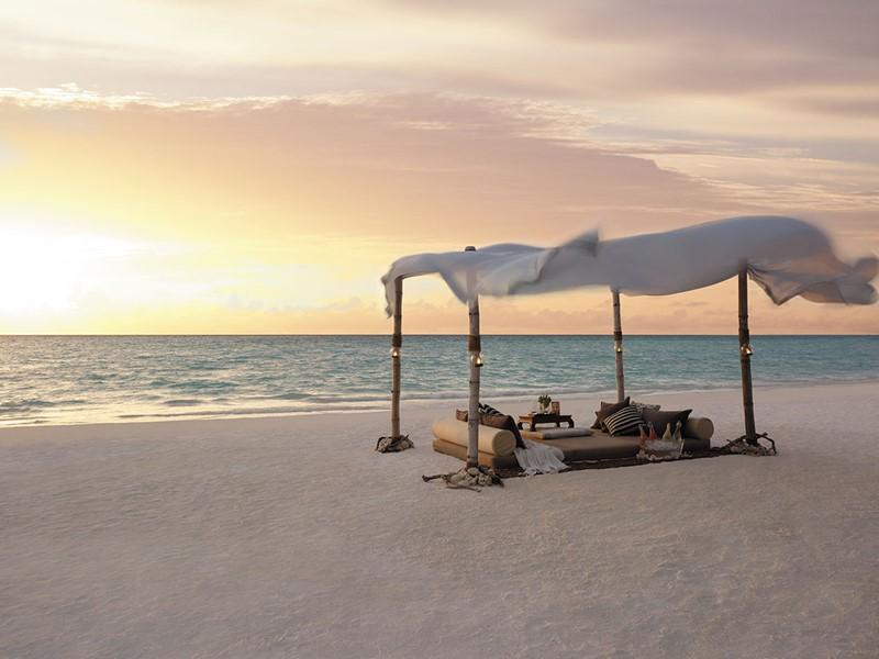Repas sur la plage de l'hôtel Shangri-La Villingili