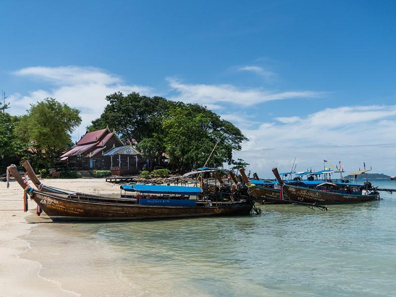 Plage de Phuket et ses bateaux typiques