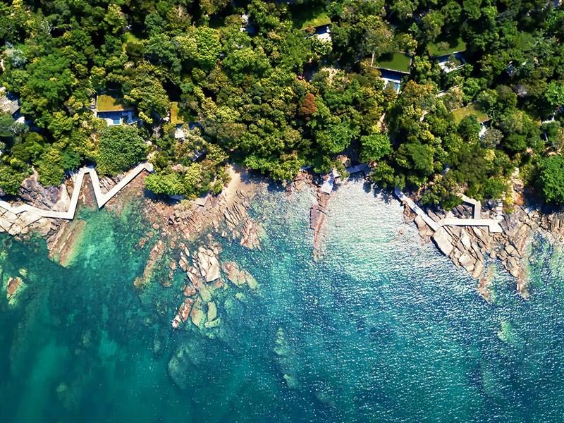 Le Six Senses se fond dans la végétation luxuriante et le paysage tropical
