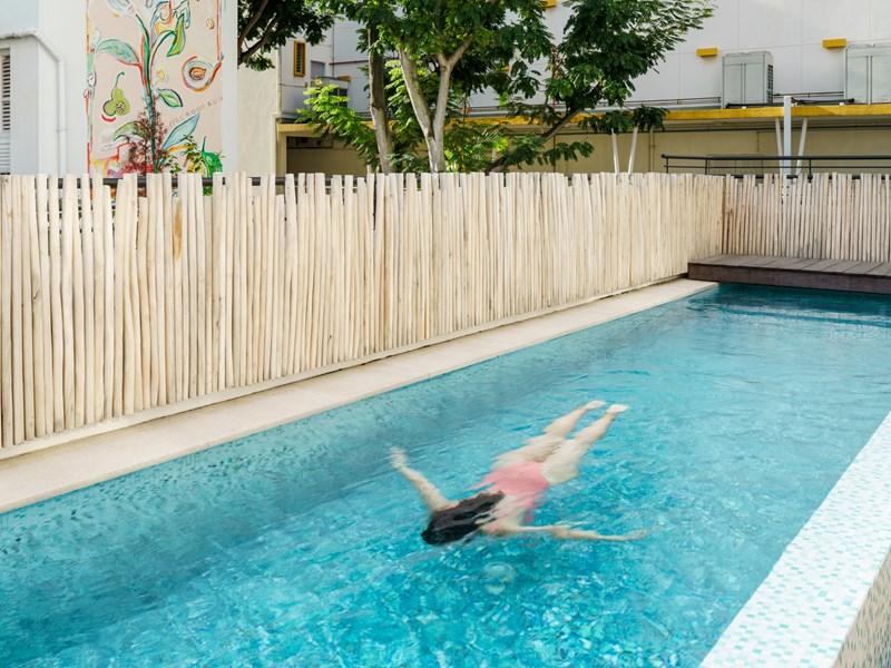 Ressourcez-vous à la piscine de l'hôtel, un moyen unique d'échapper à la frénésie de la ville