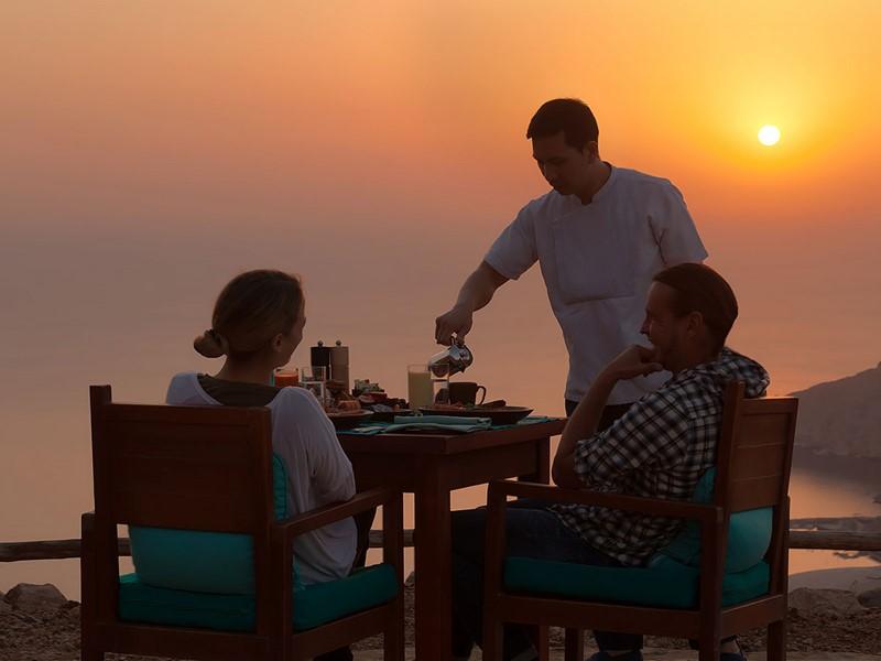 Petit-déjeuner face à un magnifique lever de soleil