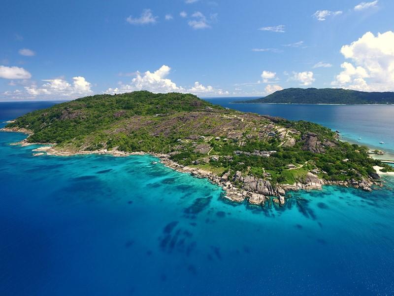 Vue aérienne de l'hôtel sur l'île privée de Félicité