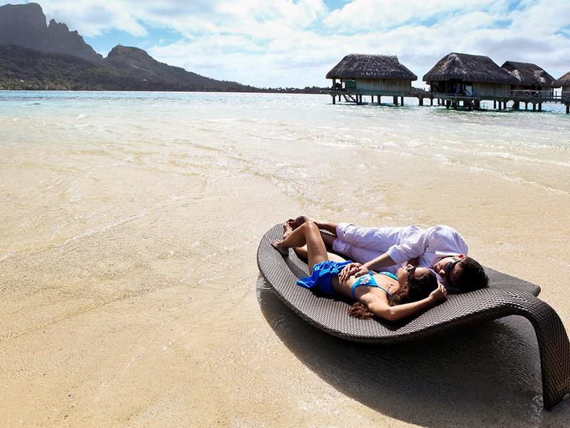 Détente sur la superbe plage du Sofitel Bora Bora