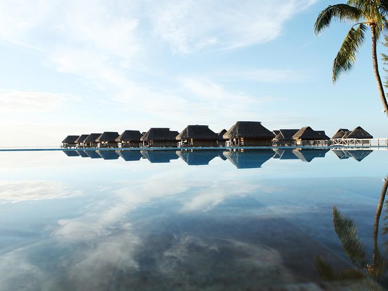 Autre vue de la piscine de l'hôtel 5 étoiles Sofitel Moorea Beach Resort situé en Polynésie
