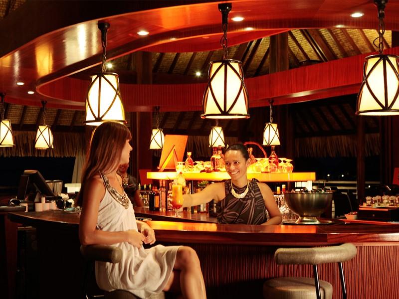 Le bar de l'hôtel Sofitel Moorea Ia Oa Beach Resort en Polynésie