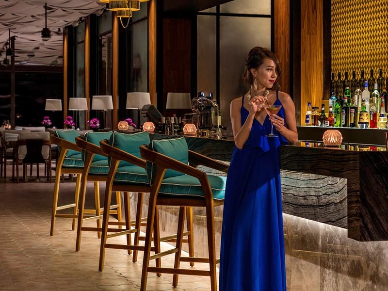 Sirotez des délicieuses boissons au bar de l'hôtel Sofitel