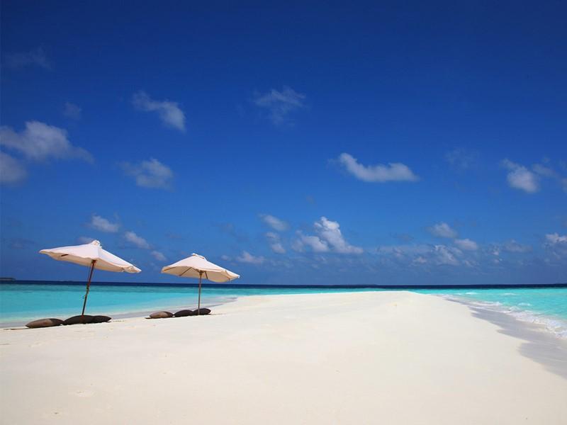 Détente sur le banc de sable du Soneva Fushi aux Maldives
