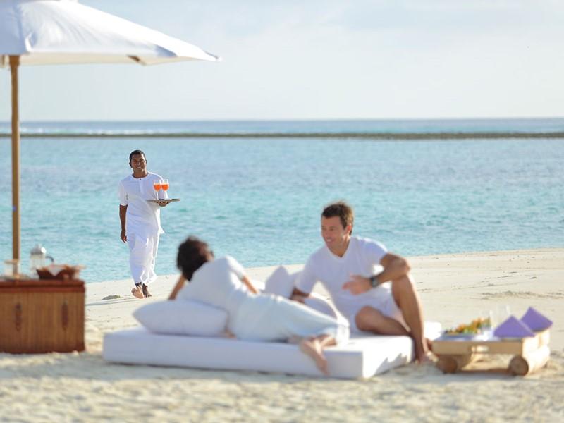 Sirotez une délicieuse boisson sur la plage