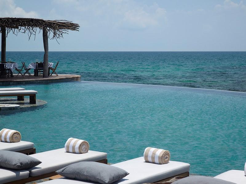 La piscine de l'hôtel Song Saa situé au Cambodge