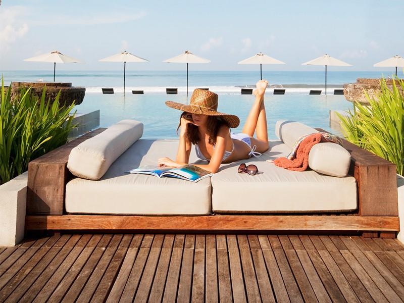 Détente au bord de la piscine du Soori Bali