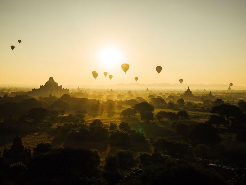 Le splendide paysage de la plaine de Bagan et ses magnifiques montgolfières