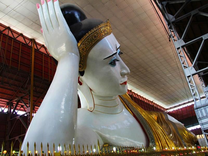 Découvrez la pagode Chaukhtatgyi et son immense bouddha couché, à Rangoon
