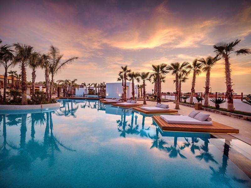 Détente au bord de la piscine de l'hôtel Stella Island