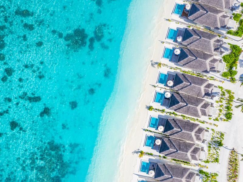 Vue des suites posées au bord de la plage
