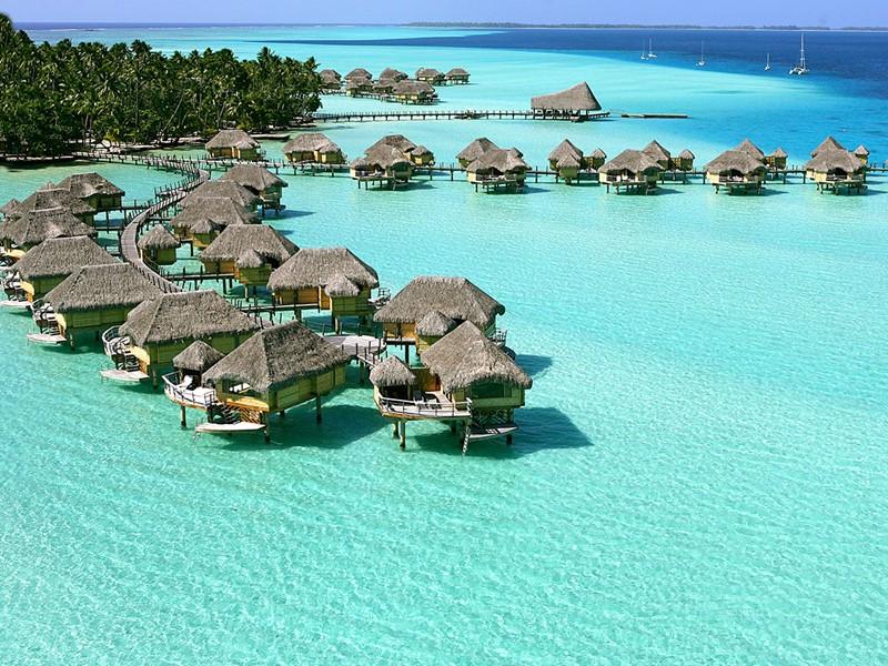 Vue des bungalows de l'hôtel Tahaa Island Resort & Spa en Polynésie