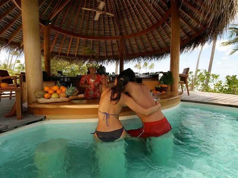 Le bar de la piscine de l'hôtel Tahaa Island Resort en Polynésie