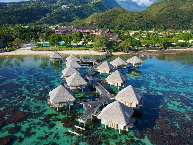 Vue du Tahiti Ia Ora Beach Resort, bordant un lagon paradisiaque à l'ouest de Tahiti