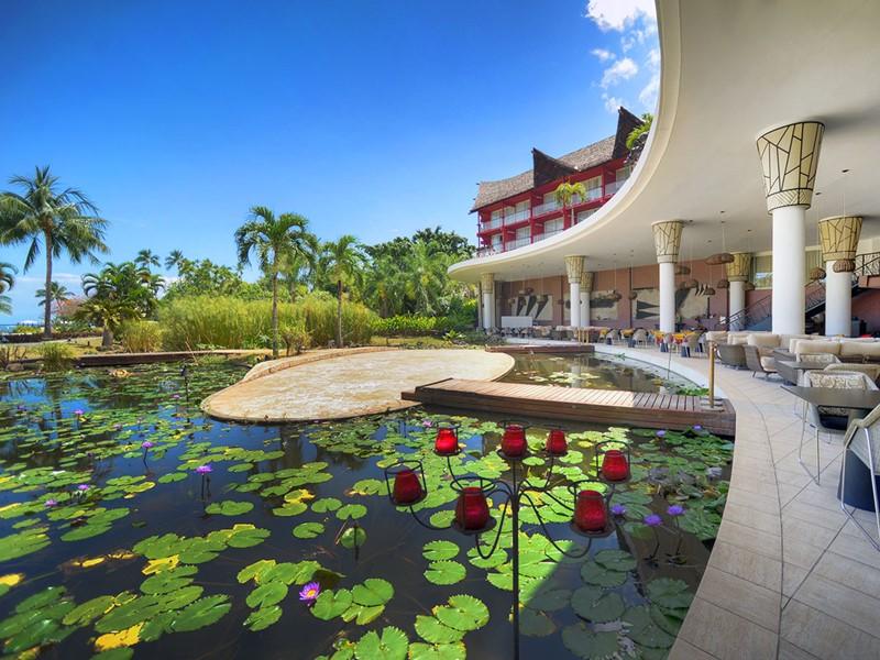 Détente au bord du bassin de l'hôtel Tahiti Ia Ora Beach Resort