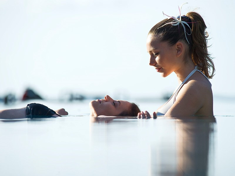 Massage aquatique à l'hôtel Tahiti Pearl Beach Resort situé en Polynésie