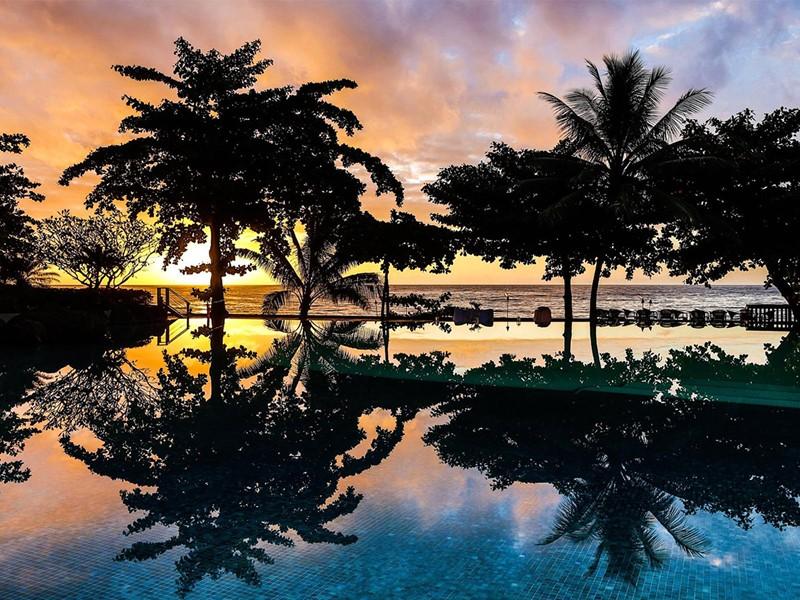 Autre vue de piscine de l'hôtel Tahiti Pearl Beach Resort en Polynésie