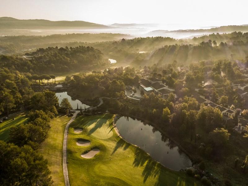Adonnez-vous à une partie de golf sur un parcours magnifique
