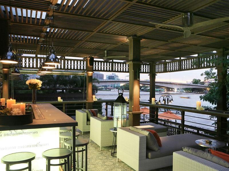 Hôtel Riva Surya, le bar surplombant le Chao Praya