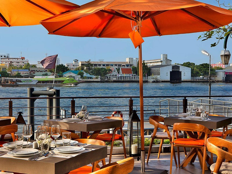 Hôtel Riva Surya, le restaurant surplombant le Chao Praya