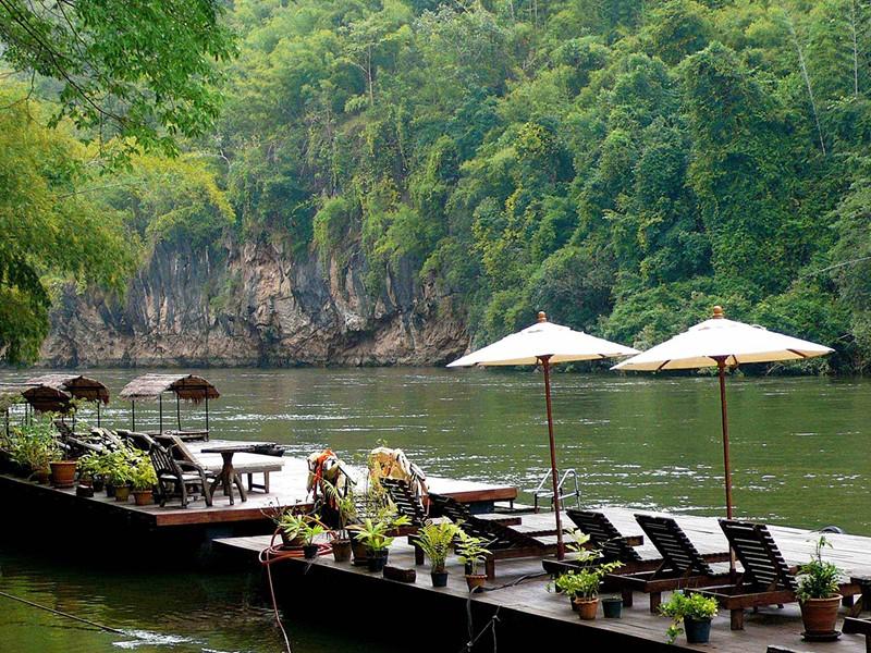 La charmante jetée du River Kwai Resotel vous donne le temps de vous détendre