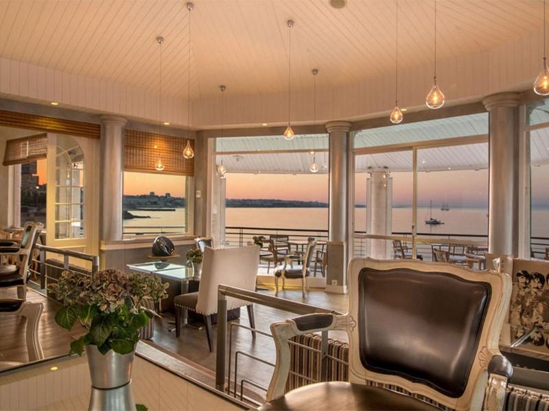Le bar avec vue sur l'ocean