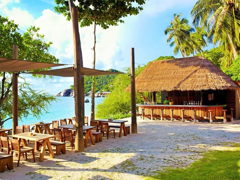 Le bar de la plage du Beach Club by Haadtien en Thailande
