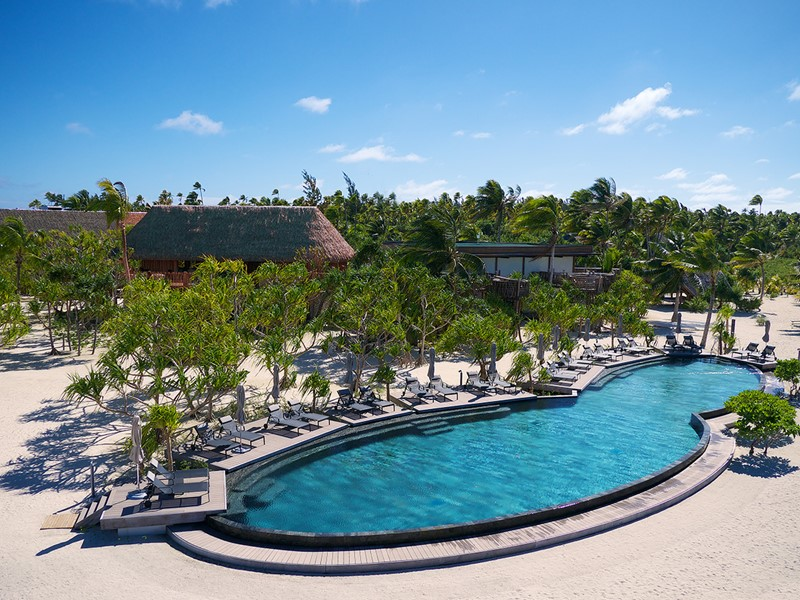 La piscine de l'hôtel The Brando situé en Polynésie