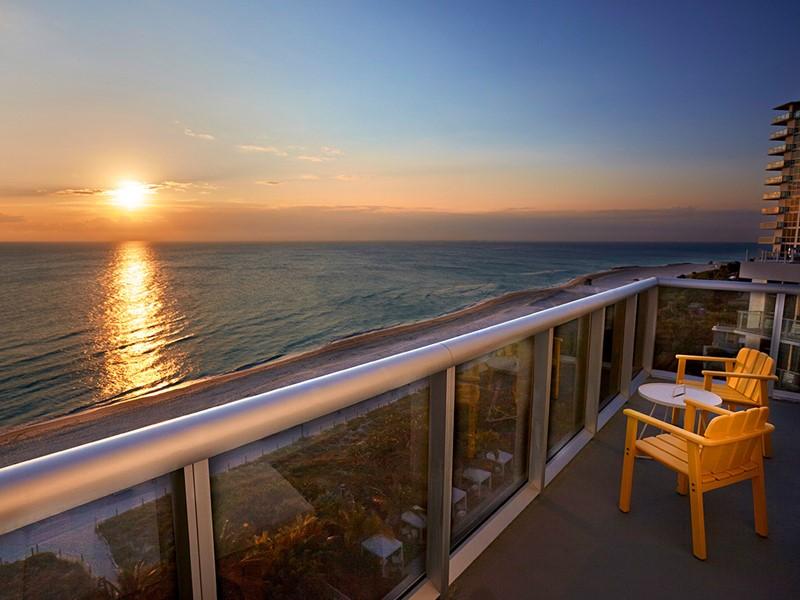 Splendide coucher de soleil à l'hôtel Confidante Miami Beach