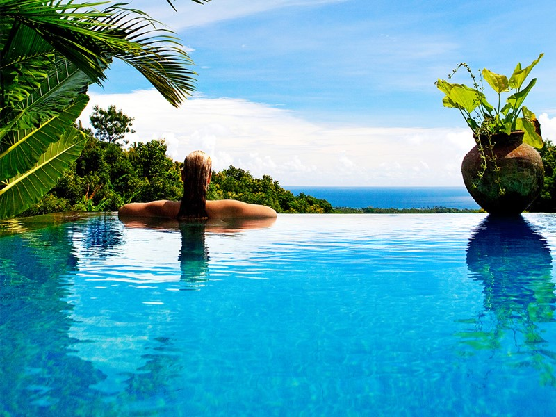 Vue de la piscine et de la mer