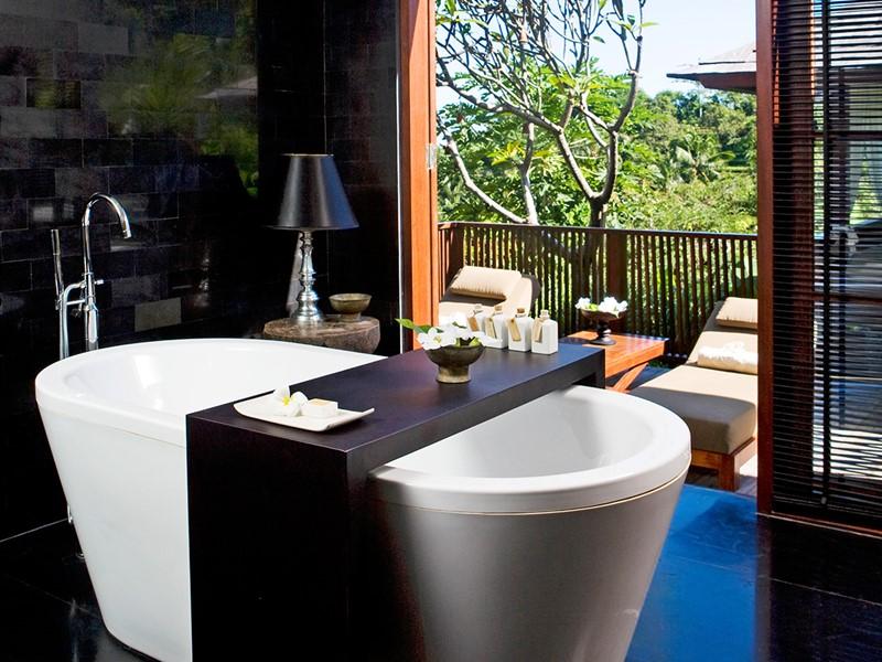 Salle de bain ouverte sur l'extérieur avec baignoire